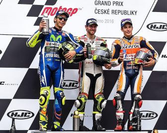epa05504673 (L-R) second placed Italian MotoGP rider Valentino Rossi of Movistar Yamaha MotoGP Team, winner British MotoGP rider Cal Crutchlow of LCR Honda Team, and thirs placed Spanish MotoGP rider Marc Marquez of Repsol Honda Team  celebrate on the podium for the MotoGP race of the Motorcycling Grand Prix of the Czech Republic at Masaryk circuit in Brno, Czech Republic, 21 August 2016.  EPA/FILIP SINGER