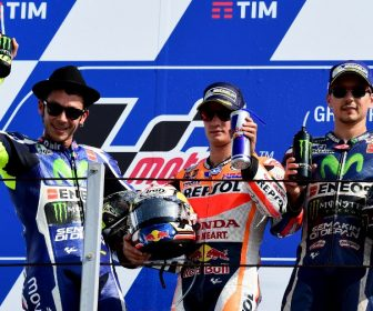 (LtoR) Movistar Yamaha MotoGP's Italian rider Valentino Rossi, Repsol Honda Team's Spanish rider Dani Pedrosa and Movistar Yamaha MotoGP's Spanish rider Jorge Lorenzo  celebrate on the podium after the San Marino Moto GP Grand Prix race at the Marco Simoncelli Circuit in Misano, on September 11, 2016. / AFP PHOTO / GIUSEPPE CACACE