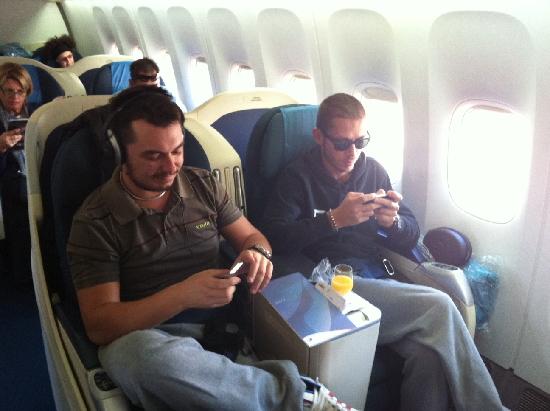 ロッシ&ドヴィ:今、同じ飛行機で向かってます