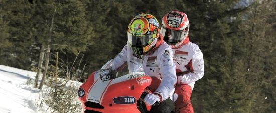 ロッシ&ヘイデン:渋々…雪上デスモセディチ2人乗り