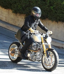 ブラッド・ピットが10万ドルオートバイを駆る!!