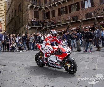 motogp-italian-gp-2015-andrea-dovizioso-ducati-team-in-piazza-del-campo-siena-7286369